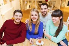 Grupo de amigos que toman la imagen con el palillo del selfie Foto de archivo libre de regalías