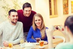 Grupo de amigos que toman la imagen con smartphone Imagenes de archivo