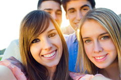 Grupo de amigos que toman las fotos con un smartphone Imágenes de archivo libres de regalías