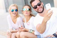 Grupo de amigos que toman Selfie Fotografía de archivo