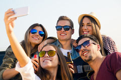 Grupo de amigos que toman un selfie con smartphone Imagen de archivo