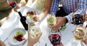 Grupo de amigos que tuestan las copas de vino metrajes