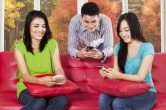 Grupo de amigos que usan smartphone Fotos de archivo