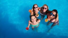 Grupo de amigos que van de fiesta en piscina foto de archivo