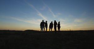Grupo de amigos de refrigeração na natureza no crepúsculo imagens de stock royalty free