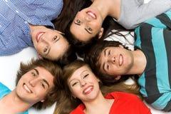 Grupo de amigos sonrientes Imagen de archivo libre de regalías