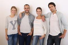 Grupo de amigos sonrientes aislados Imagenes de archivo