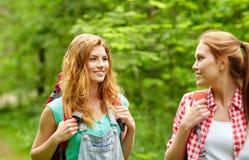 Grupo de amigos sonrientes con caminar de las mochilas Imagenes de archivo