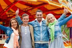 Grupo de amigos sonrientes que muestran los pulgares para arriba Foto de archivo