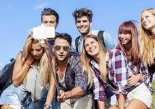 Grupo de amigos sonrientes que toman el selfie Foto de archivo libre de regalías