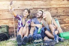 Grupo de amigos sonrientes que toman el selfie divertido Fotos de archivo