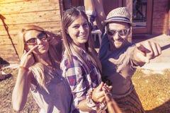 Grupo de amigos sonrientes que toman el selfie divertido Fotografía de archivo libre de regalías