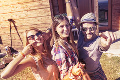 Grupo de amigos sonrientes que toman el selfie divertido con el teléfono elegante Fotografía de archivo