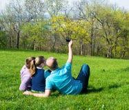 Grupo de amigos sonrientes que toman el selfie en el parque Fotos de archivo libres de regalías