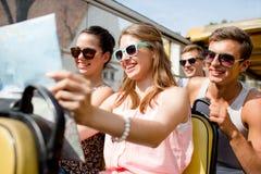 Grupo de amigos sonrientes que viajan en bus turístico Fotos de archivo