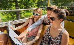 Grupo de amigos sonrientes que viajan en bus turístico Imagen de archivo