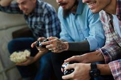 Grupo de amigos tatuados que juegan a los videojuegos Imagen de archivo libre de regalías