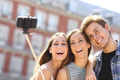 Grupo de amigos turísticos que toman el selfie con el teléfono elegante Imagen de archivo