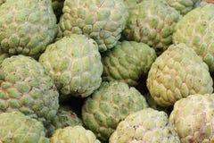 Grupo de anona orgánica fresca verde en el mercado fresco de Asia, fruta dulce del gusto, fondos, fruta tropical del clima, Imagen de archivo