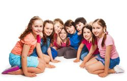 Meninos e meninas que sentam-se junto no semi-círculo Imagem de Stock Royalty Free