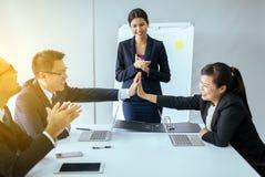 Grupo de aplauso de mãos asiático dos povos do negócio após a reunião, apresentação do sucesso e seminário do treinamento no escr foto de stock