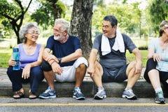 Grupo de aposentadoria superior que exercita o conceito da unidade foto de stock
