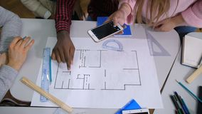 Grupo de arquitectos diversos que discuten bosquejo almacen de video