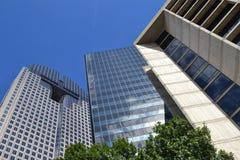Grupo de arranha-céus e de céu azul acima Fotos de Stock