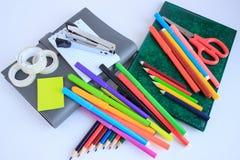 Grupo de artigos de papelaria da escola e do escritório isolados no fundo branco Imagem de Stock Royalty Free