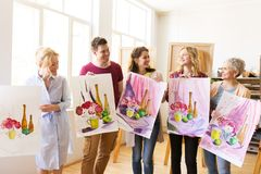 Grupo de artistas com imagens na escola de arte imagens de stock