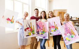 Grupo de artistas com imagens na escola de arte Foto de Stock Royalty Free
