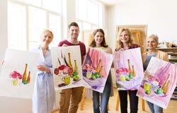 Grupo de artistas com imagens na escola de arte Fotografia de Stock