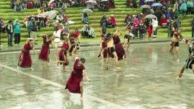 Grupo de artistas que bailan para Inti Raymi Festival At Ingapirca Ecuador almacen de metraje de vídeo