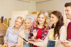 Grupo de artistas que tomam o selfie na escola de arte imagens de stock royalty free