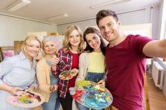 Grupo de artistas que tomam o selfie na escola de arte imagens de stock