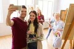 Grupo de artistas que tomam o selfie na escola de arte fotografia de stock