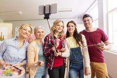 Grupo de artistas que toman el selfie en la escuela de arte Fotografía de archivo libre de regalías