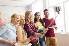Grupo de artistas que toman el selfie en la escuela de arte Fotos de archivo