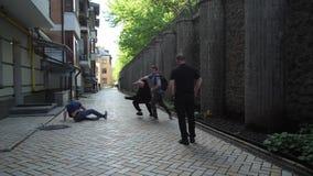 Grupo de asaltantes armados que atacan al varón en carril de la ciudad metrajes