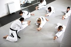 Grupo de atletas acompañados con el atleta físicamente desafiado que se prepara para un entrenamiento del entrenamiento para el c imagenes de archivo