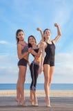 Grupo de atletas aptos dos jovens imagens de stock royalty free