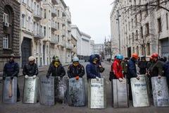 Grupo de autodefensa del Maidan con los escudos Foto de archivo libre de regalías