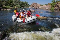 Grupo de aventurero que goza del agua que transporta actividad en balsa en el río meridional del insecto fotos de archivo