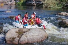 Grupo de aventurero que goza del agua que transporta actividad en balsa en el río meridional Ucrania del insecto imagen de archivo