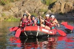 Grupo de aventurero que goza que transporta el río en balsa fotografía de archivo libre de regalías