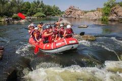 Grupo de aventurero que goza que transporta el río en balsa fotos de archivo