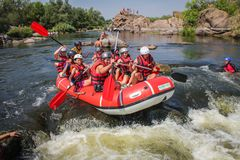 Grupo de aventurero que goza que transporta el río en balsa fotografía de archivo