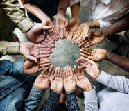 Grupo de ayuda circundada palmas diversas junto Imágenes de archivo libres de regalías