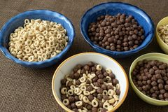 Grupo de bacia de vário cereal para o café da manhã foto de stock royalty free