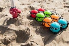 Grupo de bacias coloridas para a praia fotos de stock royalty free